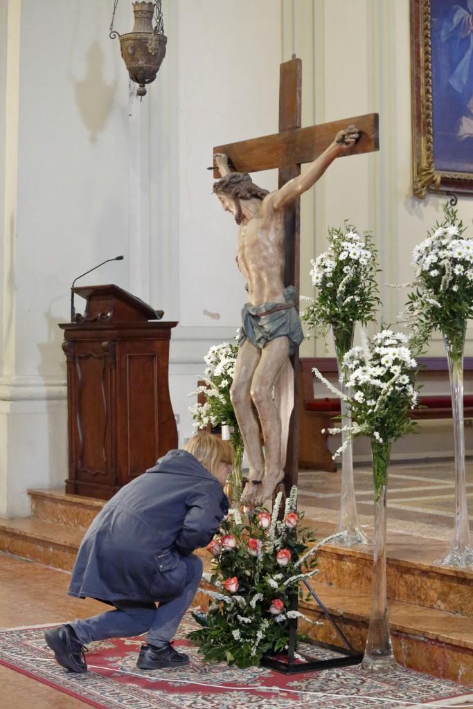 Continua l'adorazione silenziosa al Crocefisso