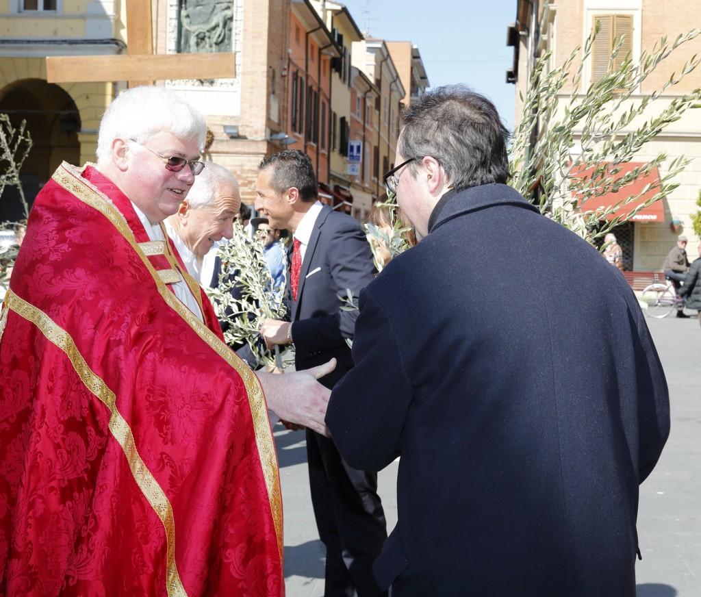 L'omaggio dell'ulivo al sindaco e ad alcuni assessori