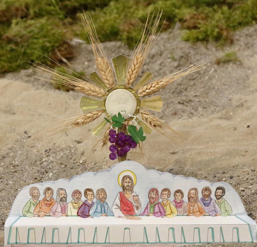 Gesù con i dodici apostoli nell'ultima cena e i simboli di quella sera: le spighe per il pane, l'uva per il vino e l'ostia per l'eucaristia