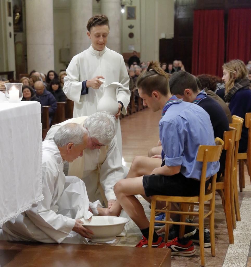 """Do Pietro lava i piedi ai """"dodici apostoli"""""""
