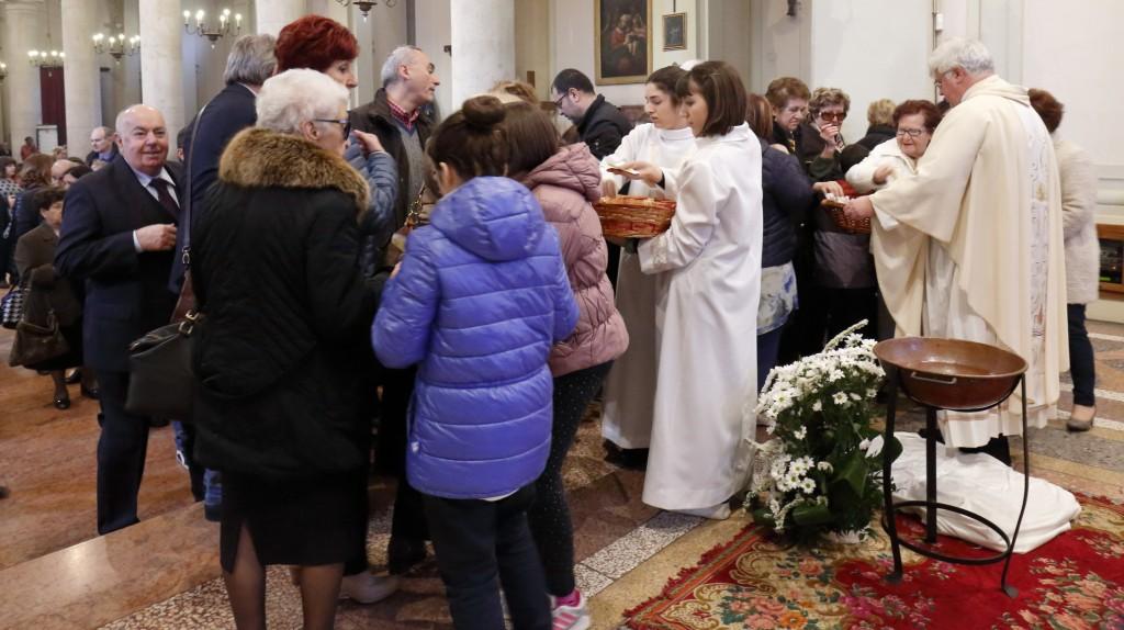 La fila dei fedeli per ricevere l'acqua benedetta e la preghiera di benedizione
