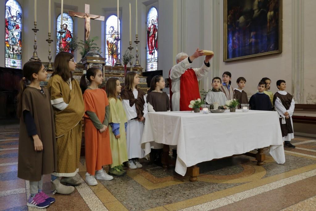 Gesù (Don Pietro) con i dodici apostoli durante l'ultima cena