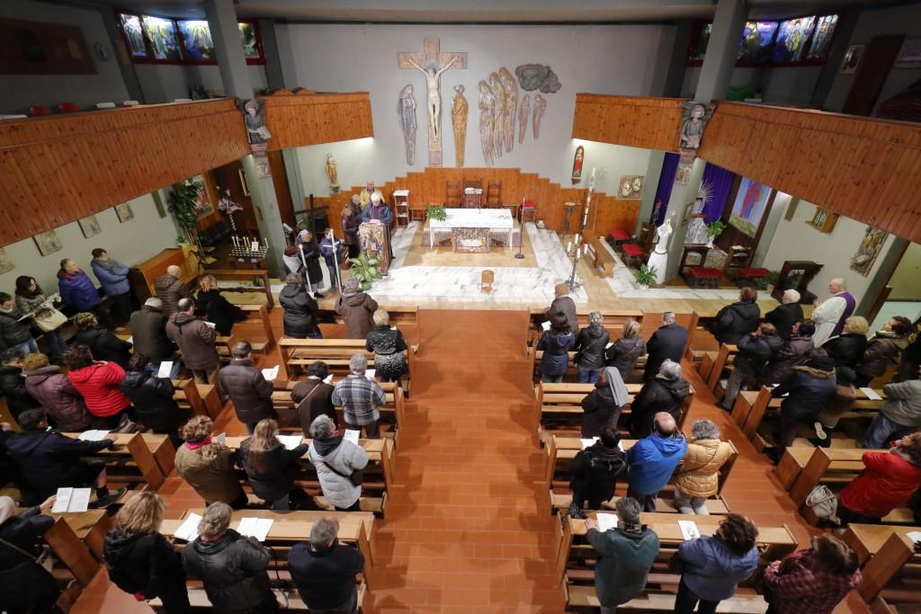 L'ultima stazione della Via Crucis meditata dentro la chiesa di Fruges
