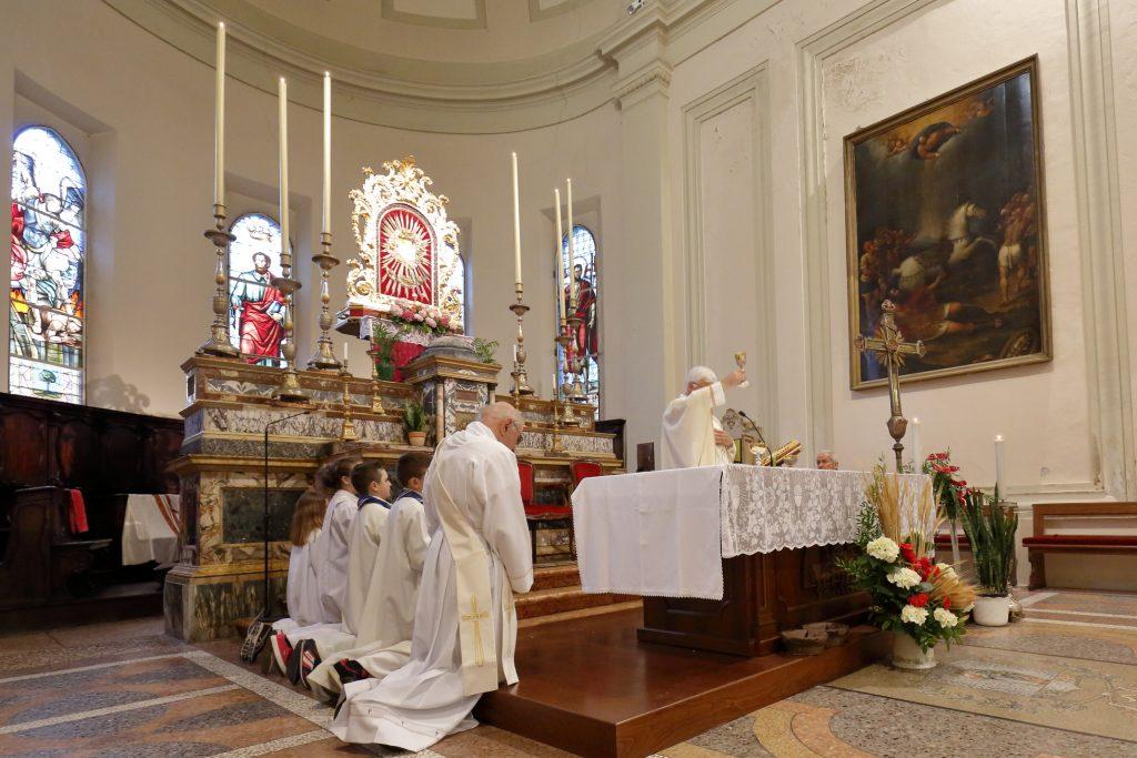 La consacrazione del pane e del vino nel Corpo e nel Sangue di Cristo