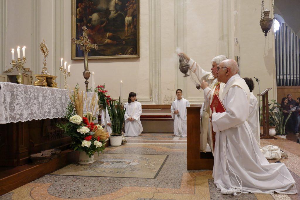 L'incensazione  dell'Ostia consacrata prima della processione eucaristica