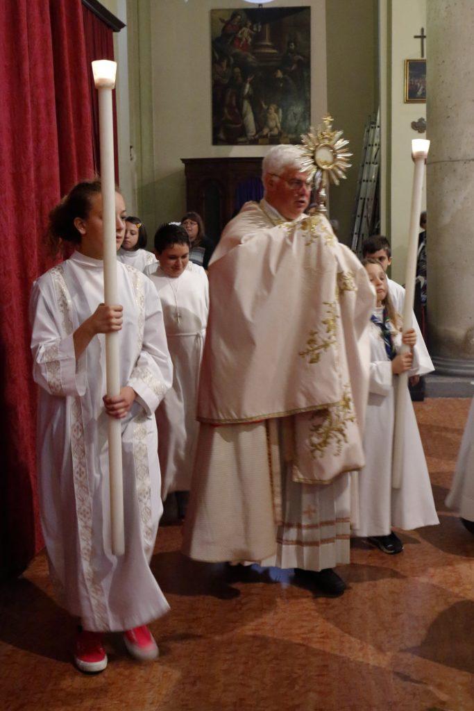 La processione eucaristica all'interno della chiesa di San Paolo a causa della pioggia