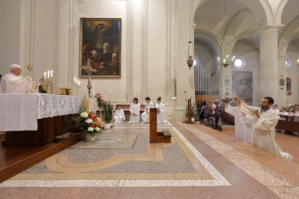 La benedizione eucaristica anche ai bambini che hanno fatto la comunione quest'anno per la prima volta