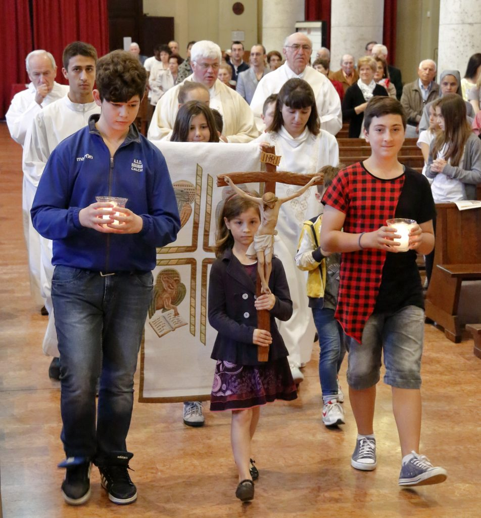 La processione d'ingresso dei ragazzi dei vari anni del catechismo-