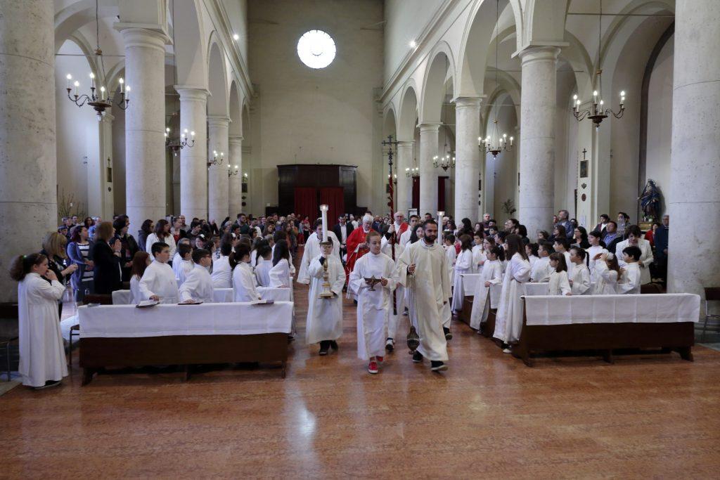 La processione introitale con i bambini che riceveranno la Comunione per la Seconda volta