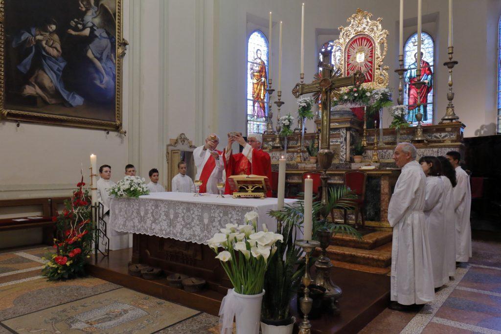 Un momento della celebrazione eucaristica sotto lo sguardo della Madonna della Consolazione e dell'Annunciazione