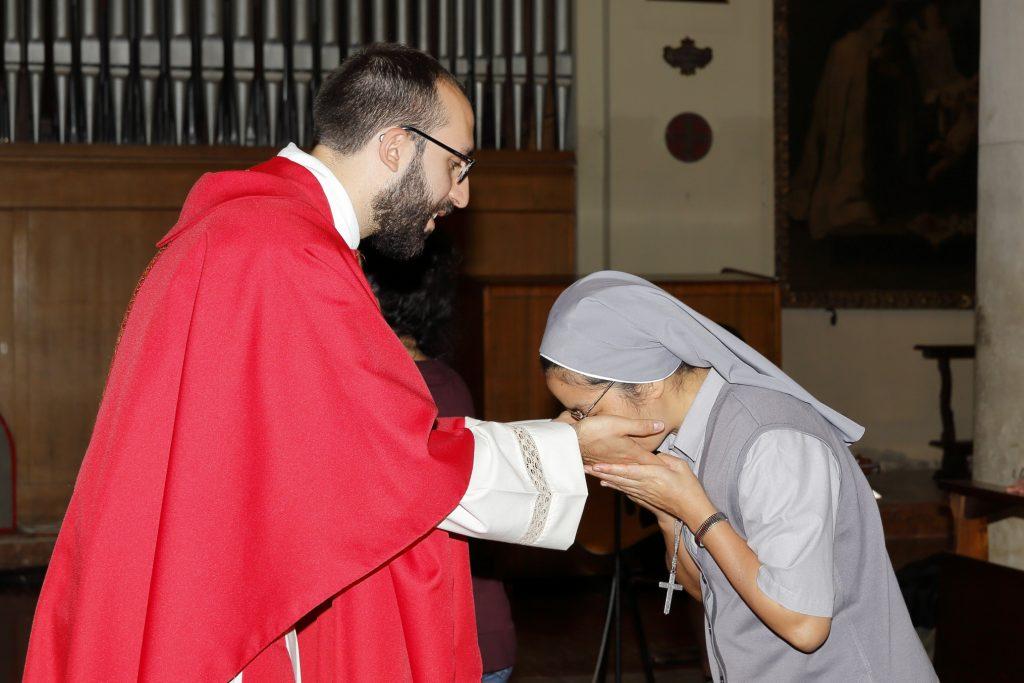 Il bacio delle mani unte con il Sacro Crisma