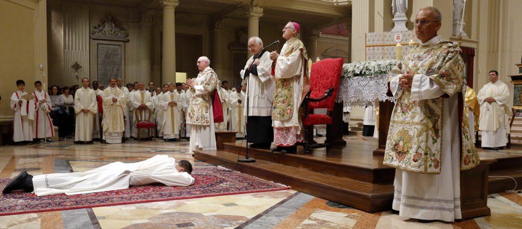 La prostrazione del dacono don Daniele durante le litanie dei santi