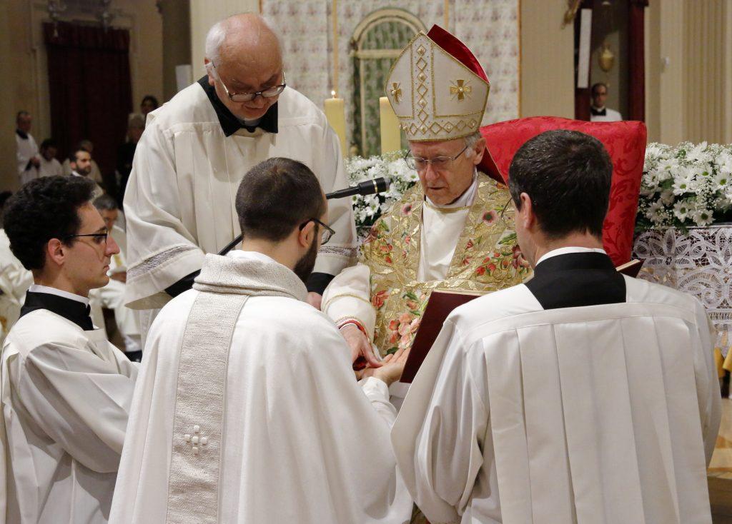 L'unzione delle mani di don Daniele ora presbitero