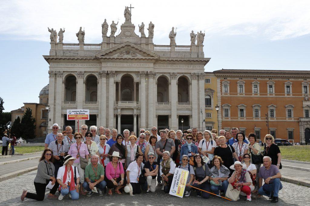 La foto ricordo davanti alla Basilica di San Giovanni in Laterano