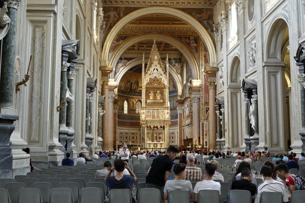 L'altare papale e sopra, racchiuso da roste di legno il vecchio altare in legno dove officiavano i primi papi