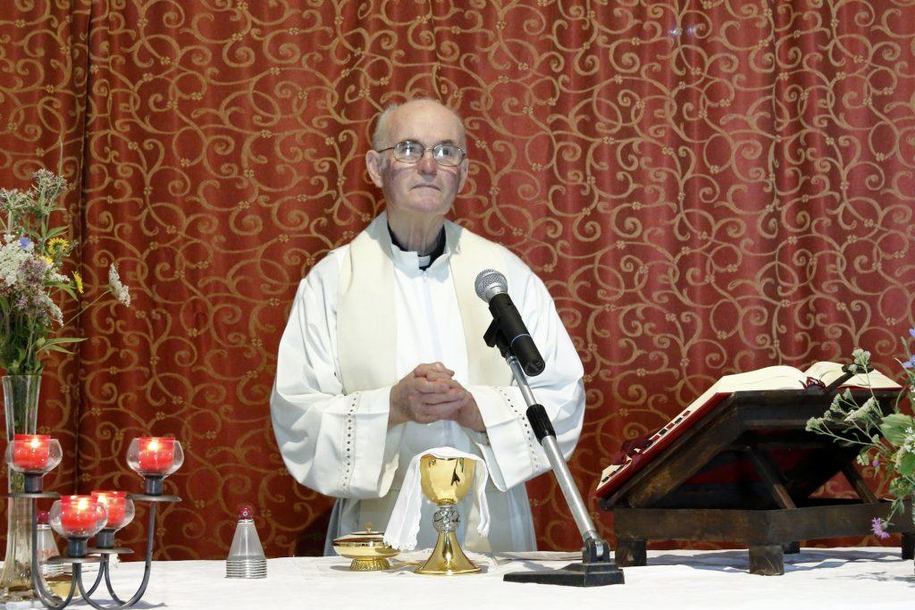 Don Alberto attende i fedeli per la Santa Messa