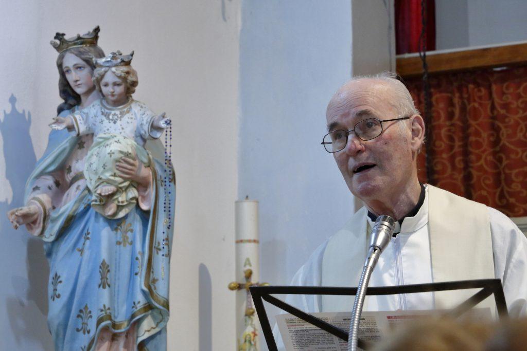L'omelia con sullo sfondo l'immagine di Maria