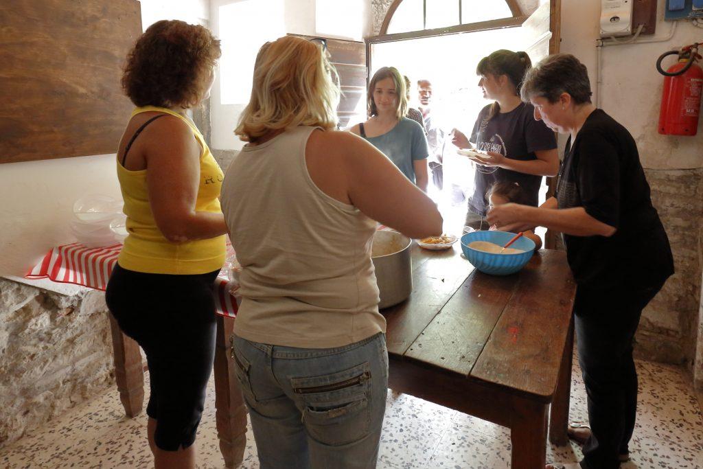 La distribuzione dei maccheroni alla gente