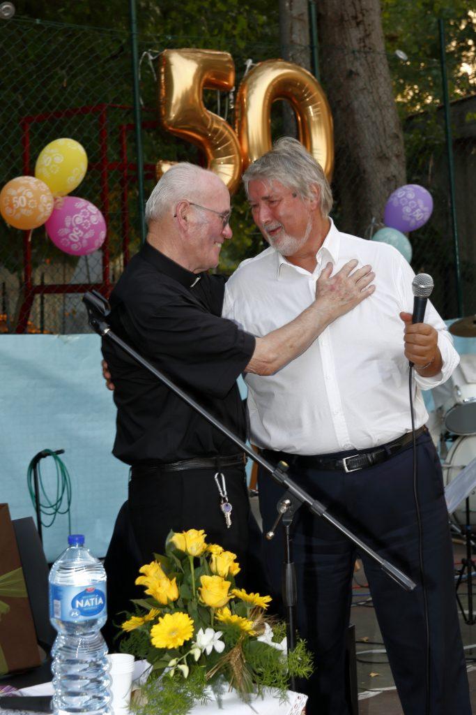 Il saluto e l'abbraccio con il Ministro Poletti