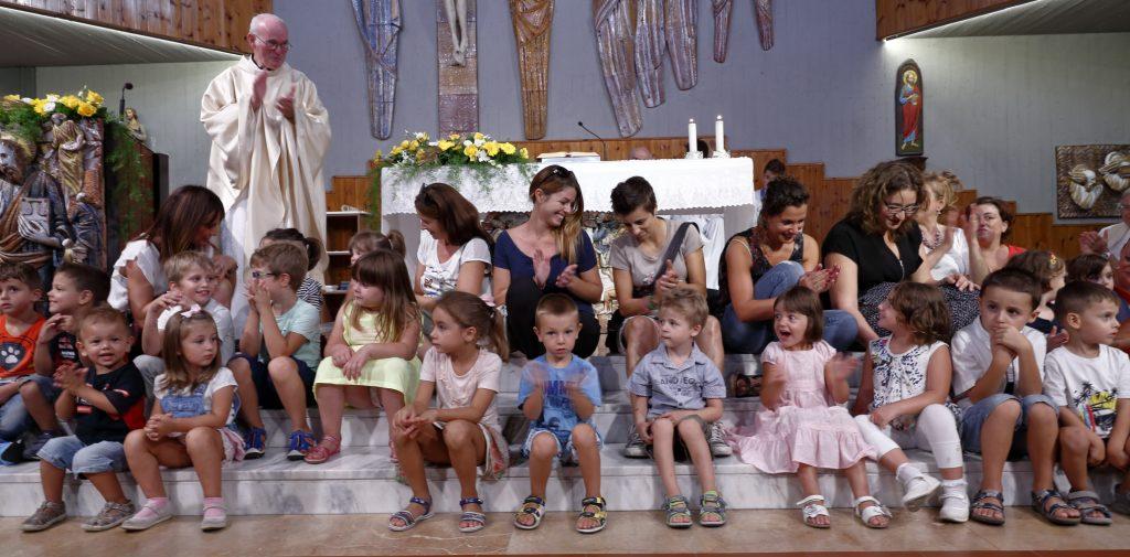 L'omaggio di alcuni bambini della scuola materna