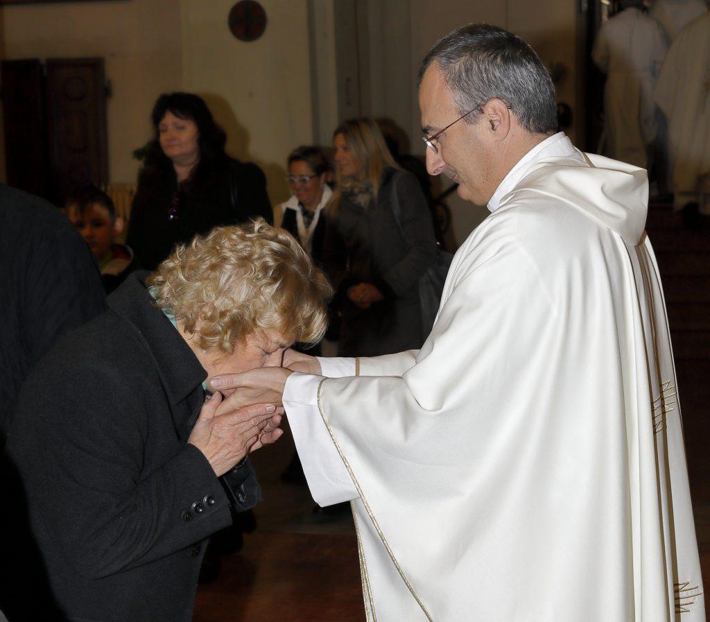 Il bacio delle mani consacrate con il crisma dal Vescovo il giorno della sua Ordinazione
