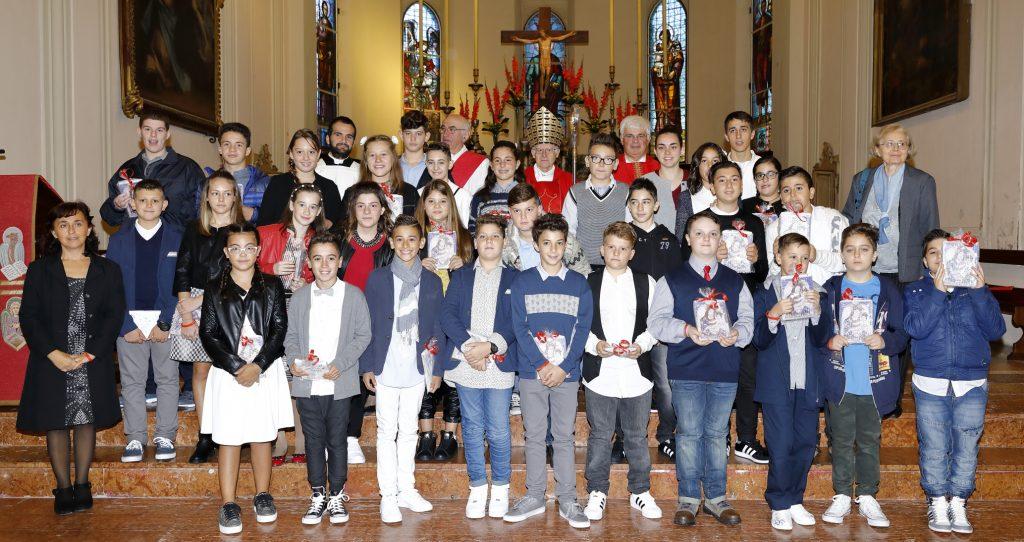 Il gruppo dei cresimati con il Vescovo ed i catechisti
