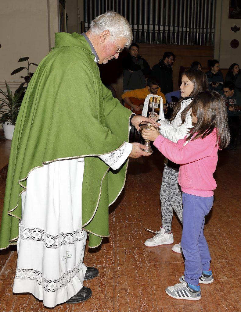 Alcuni ragazzi portano il pane e il vino per l'Eucaristia