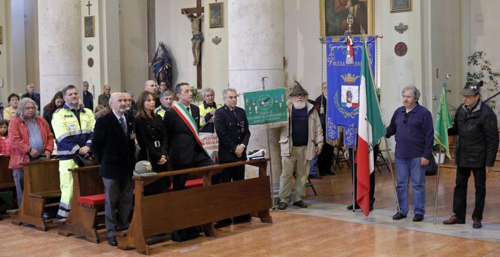 Il Sindaco, il vice Sindaco e il capo della Polizia Municipale con il gonfalone del Comune
