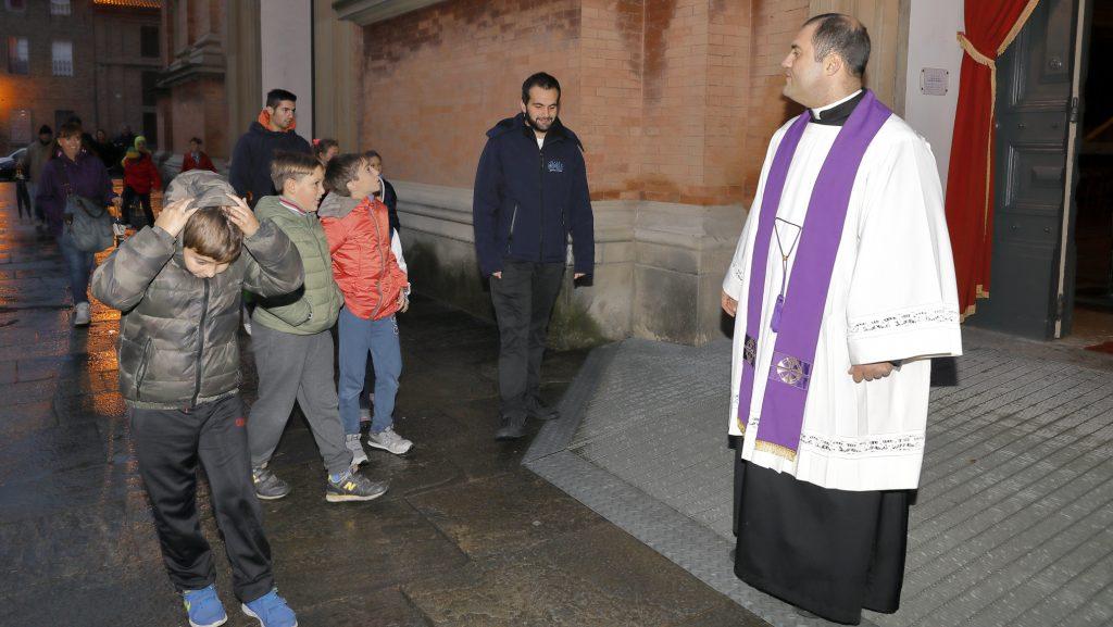 L'accoglienza davanti alla porta Santa nella cattedrale di Imola