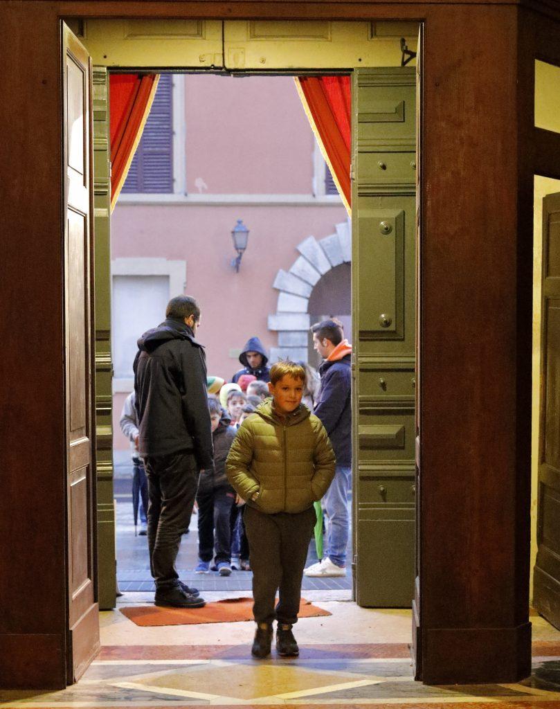 Il passaggio dei ragazzi attraverso la porta Santa