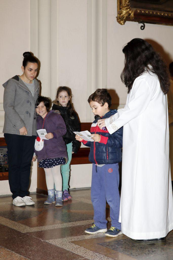 I bambini del secondo anno di catechismo leggono le invocazioni