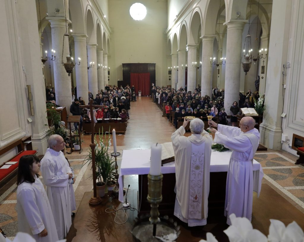 I fedeli assistono alla celebrazione liturgica