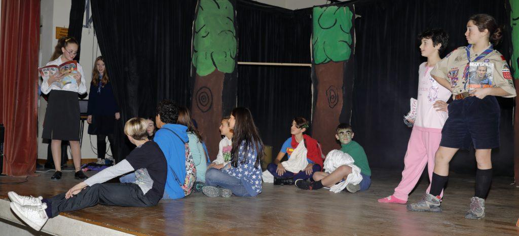 Il reparto in una scena della loro rappresentazione
